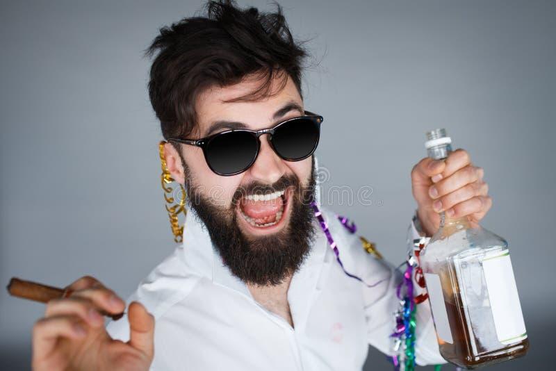 Man som firar med flaskan av whisky arkivbild