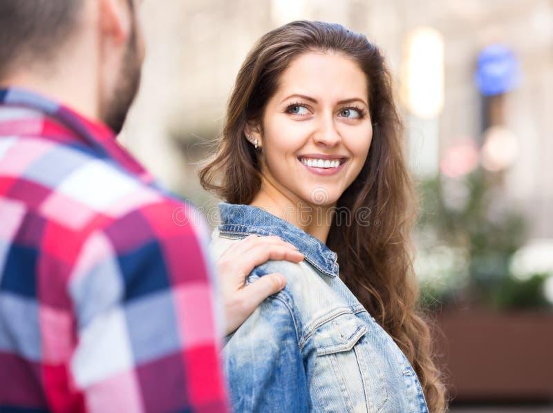 Man som flörtar med kvinnan på gatan royaltyfri bild