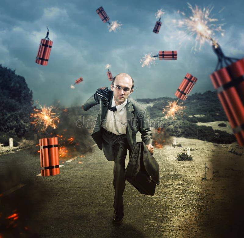 Man som flyr från dynamit som exploderar royaltyfri foto