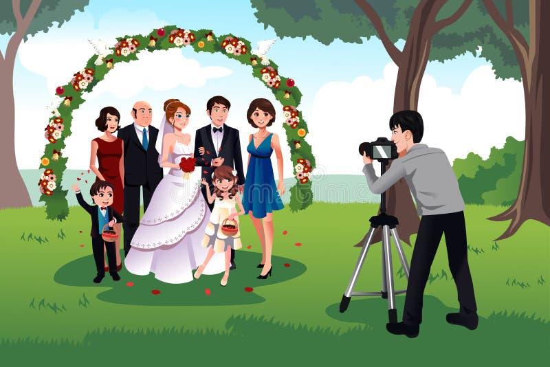Man som fotograferar en familj i ett bröllop royaltyfri illustrationer