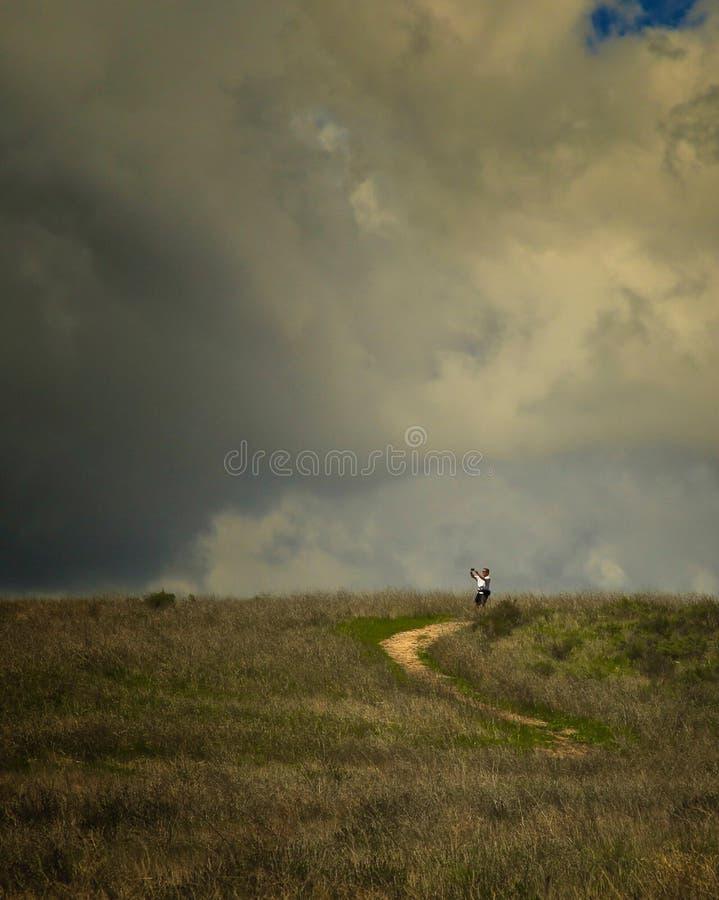 Man som fotograferar fotvandra den lyckliga lägerkanjonen arkivfoto