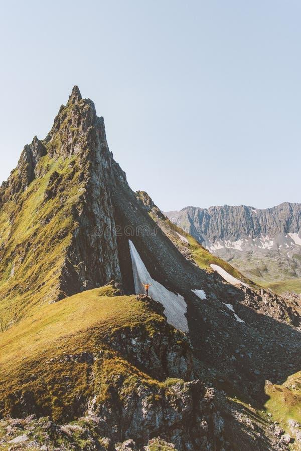 Man som fotvandrar bara att stå på det aktiva bergklippkantaffärsföretaget arkivfoton