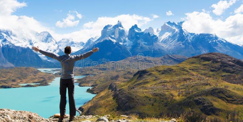 Man som fotvandrar i patagonia arkivfoto