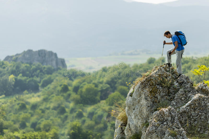 Man som fotvandrar på berget royaltyfri bild