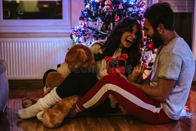 Man som framme ger gåva av julgranen royaltyfria foton