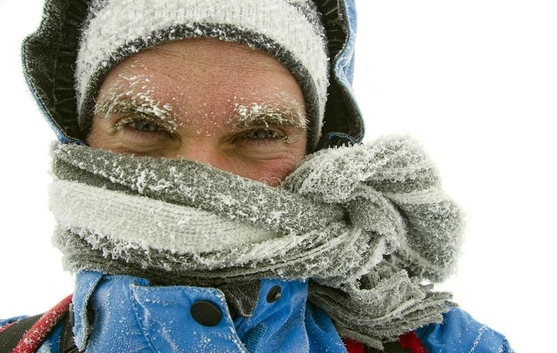 Man som frysas i utomhus- vinter royaltyfri fotografi
