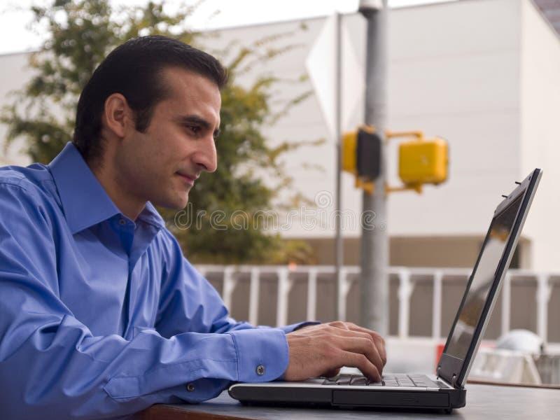 Man som fungerar på den utomhus- bärbar dator arkivfoto