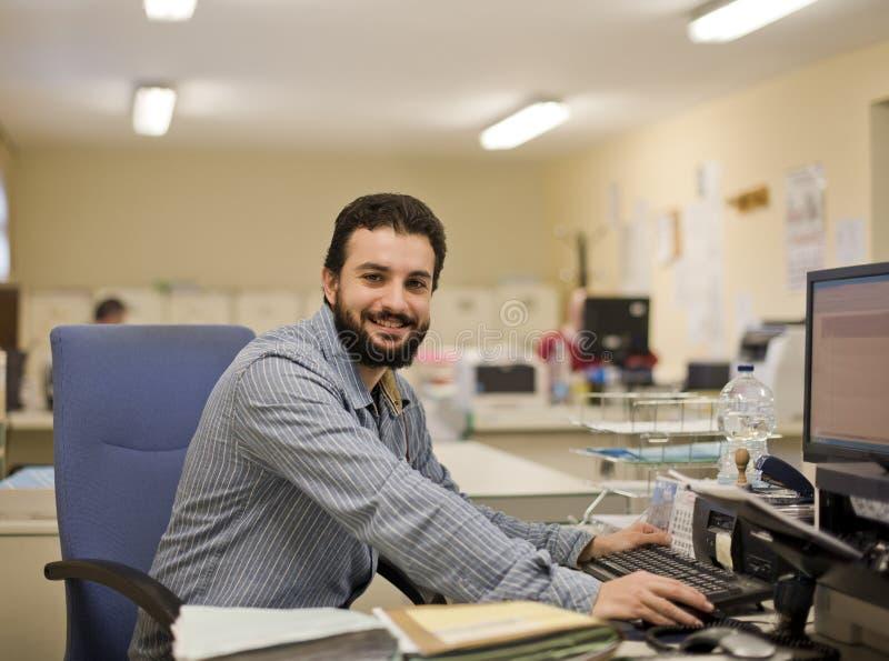 Man som fungerar på kontoret arkivbild