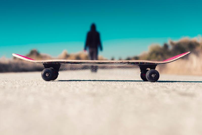 Man som går i väg från hans skateboard royaltyfri foto