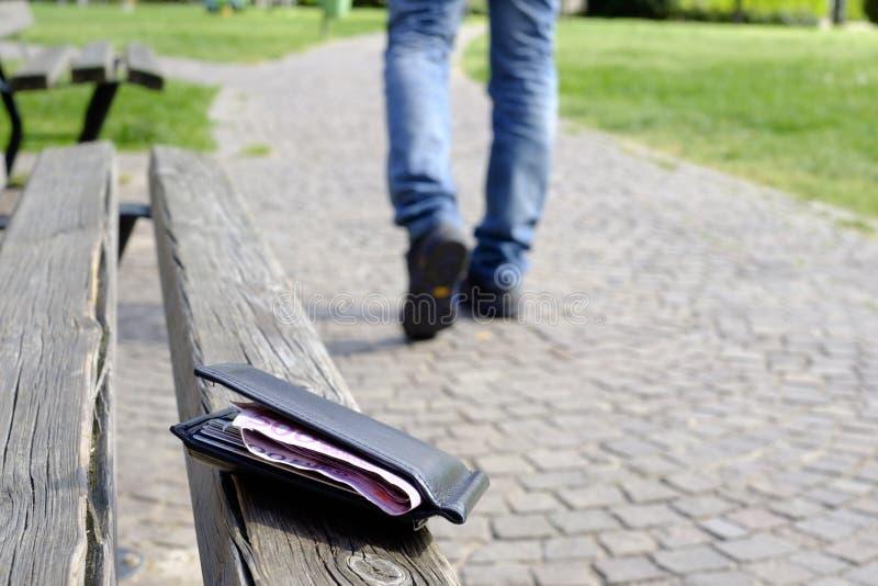 Man som går, når att ha förlorat hans plånbok fotografering för bildbyråer