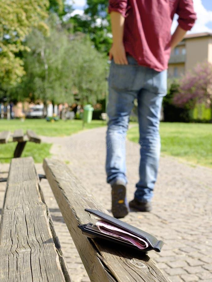 Man som går, når att ha förlorat hans plånbok arkivfoto