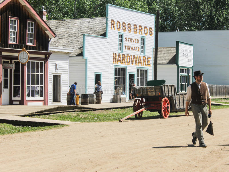 Man som går på gatan av fortet Edmonton arkivfoto