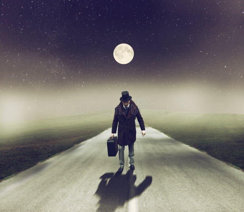 Man som går på natten fotografering för bildbyråer