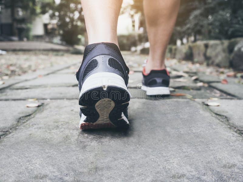Man som går utomhus- jogga övning för slinga arkivbilder
