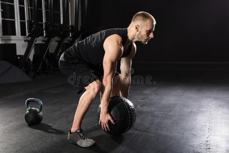 Man som gör övning med medicinbollen arkivbild
