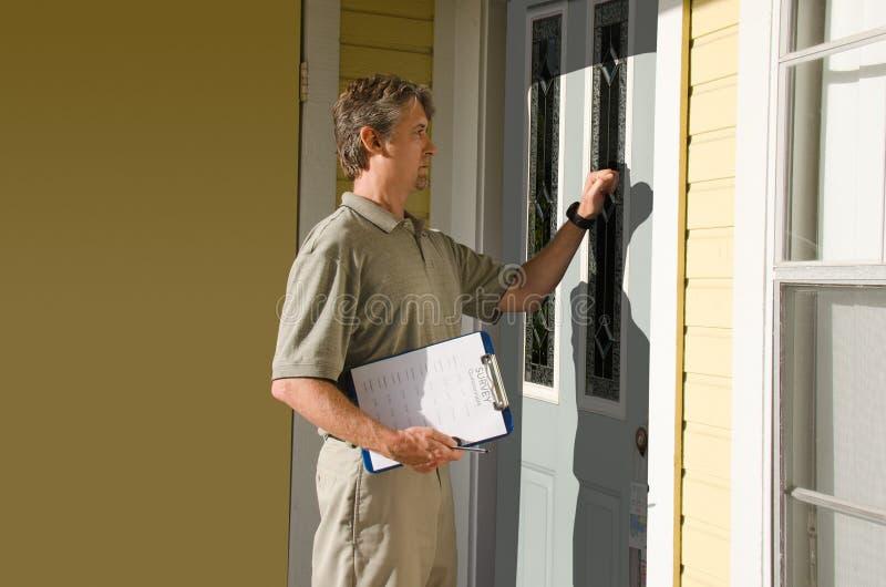 Man som gör door-to-door gransknings- eller begäranarbete royaltyfria foton