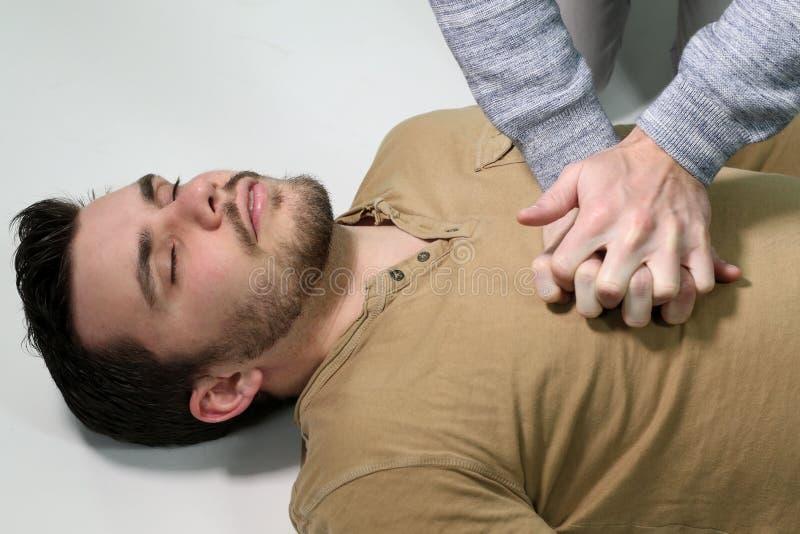 Man som gör en cardiopulmonary återuppväckande royaltyfri foto