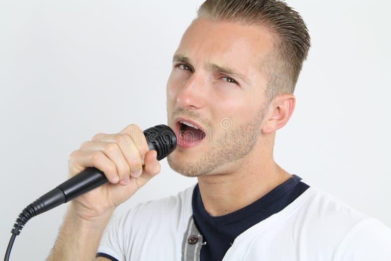 Man som gör en karaoke arkivbilder