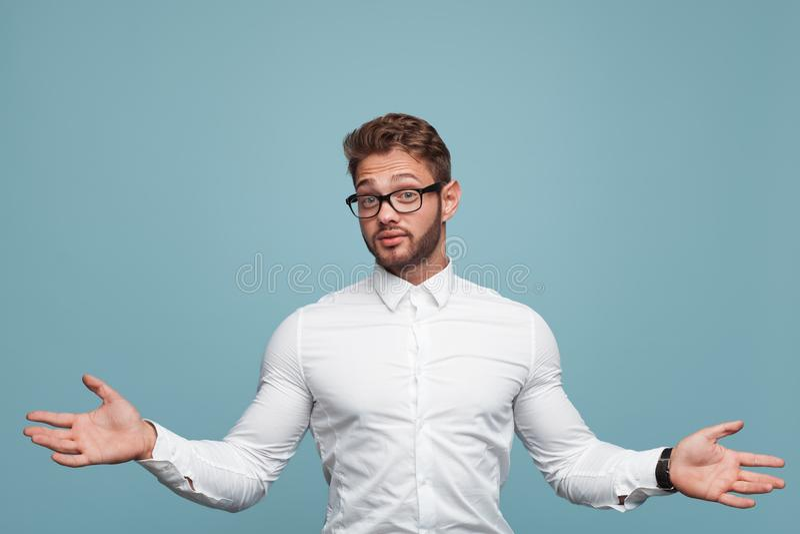 Man som gör hjälplös gest fotografering för bildbyråer