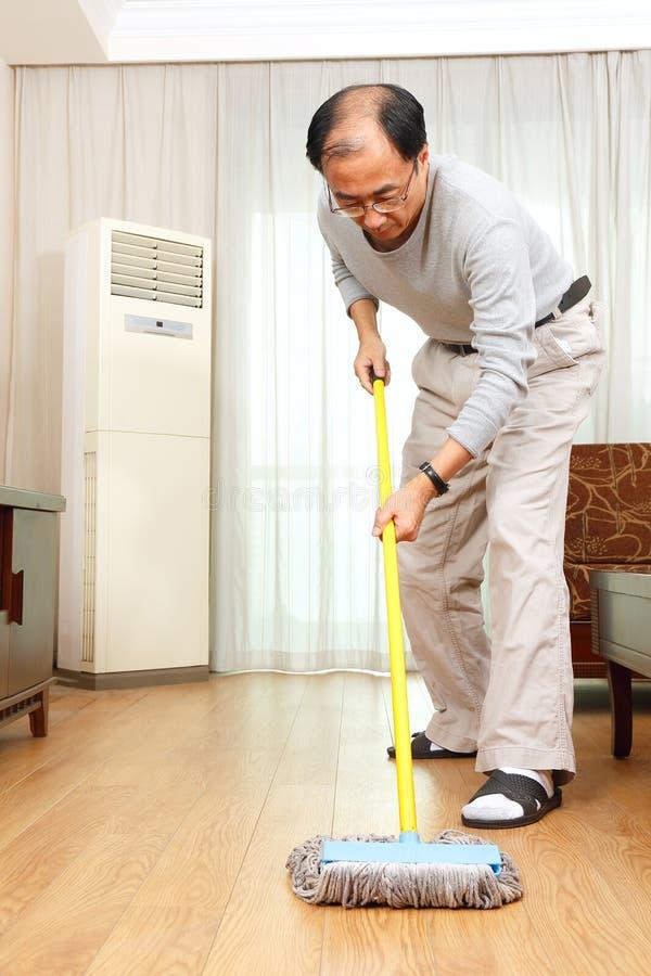 Man som gör hushållsarbete royaltyfri foto