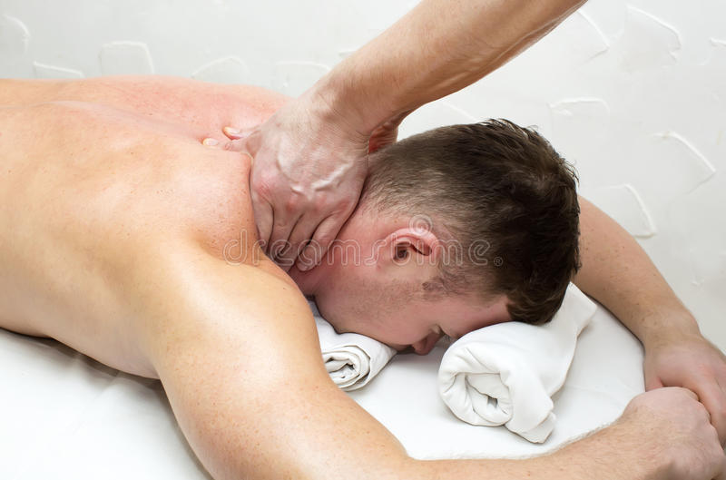Man som gör massage arkivbilder
