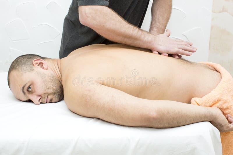 Man som gör massage arkivfoto