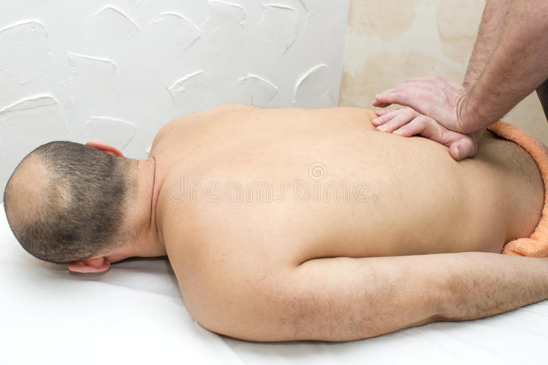 Man som gör massage arkivfoto