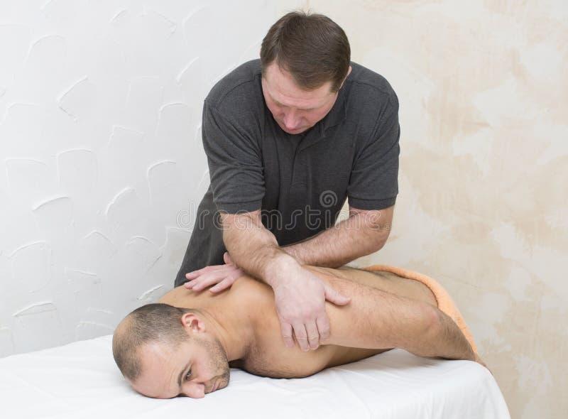 Man som gör massage arkivbild