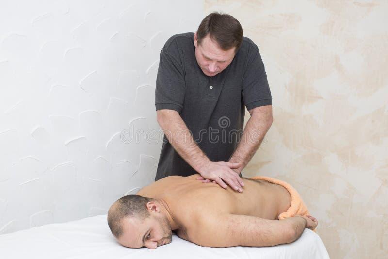 Man som gör massage royaltyfri fotografi