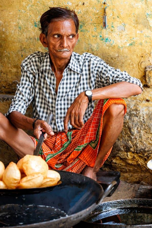 Man som gör mat i Varanasi royaltyfri foto