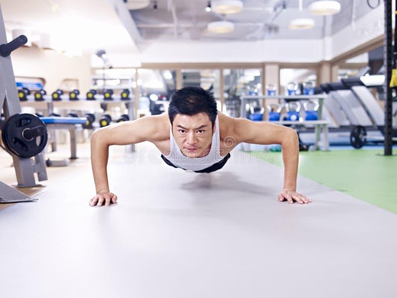 Man som gör push-UPS royaltyfri foto