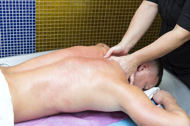 Man som gör sportmassage royaltyfri foto