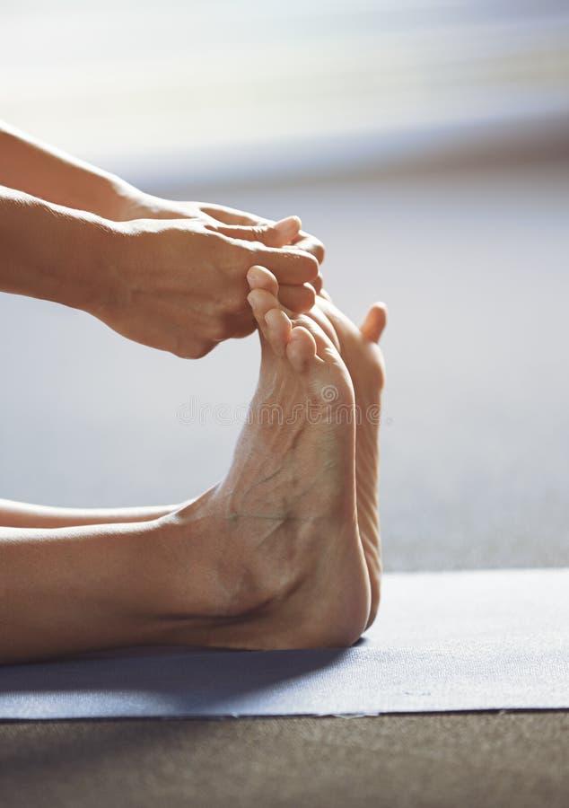 Man som gör yoga som sträcker övning arkivfoto