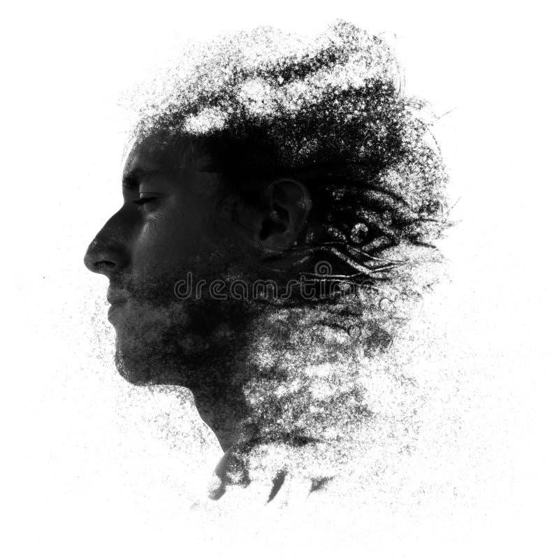 Man som göras av sand som bleknar bort blåst ut av vinden royaltyfri fotografi