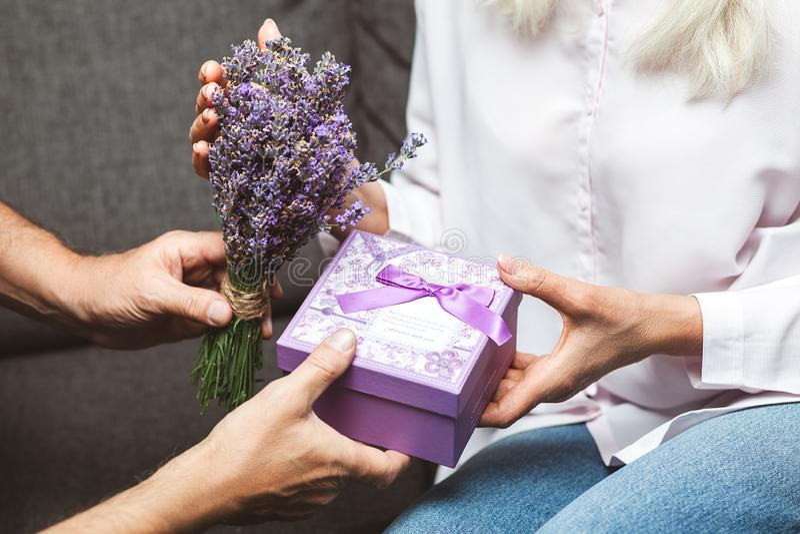 Man som ger den närvarande asken till kvinnan royaltyfri foto