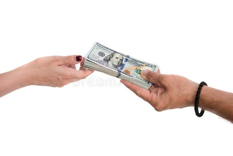 Man som ger dollarräkningar till kvinnan royaltyfri foto