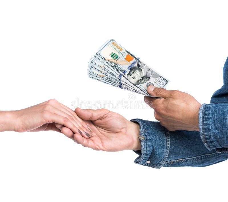 Man som ger dollarräkningar till kvinnan royaltyfri fotografi