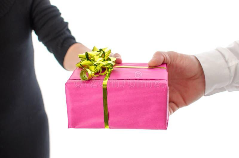Man som ger en gåva till en kvinna royaltyfri foto