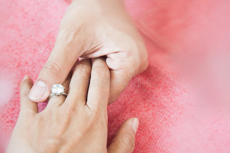 Man som ger förlovningsringen till hans flickvän mig som är glad Kopieringsbrunnsort arkivfoton