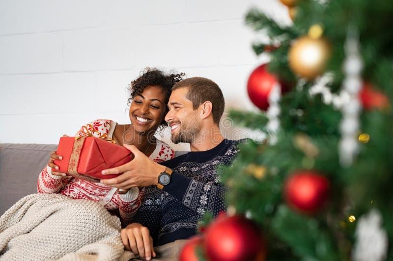 Man som ger julklapp till kvinnan royaltyfri bild
