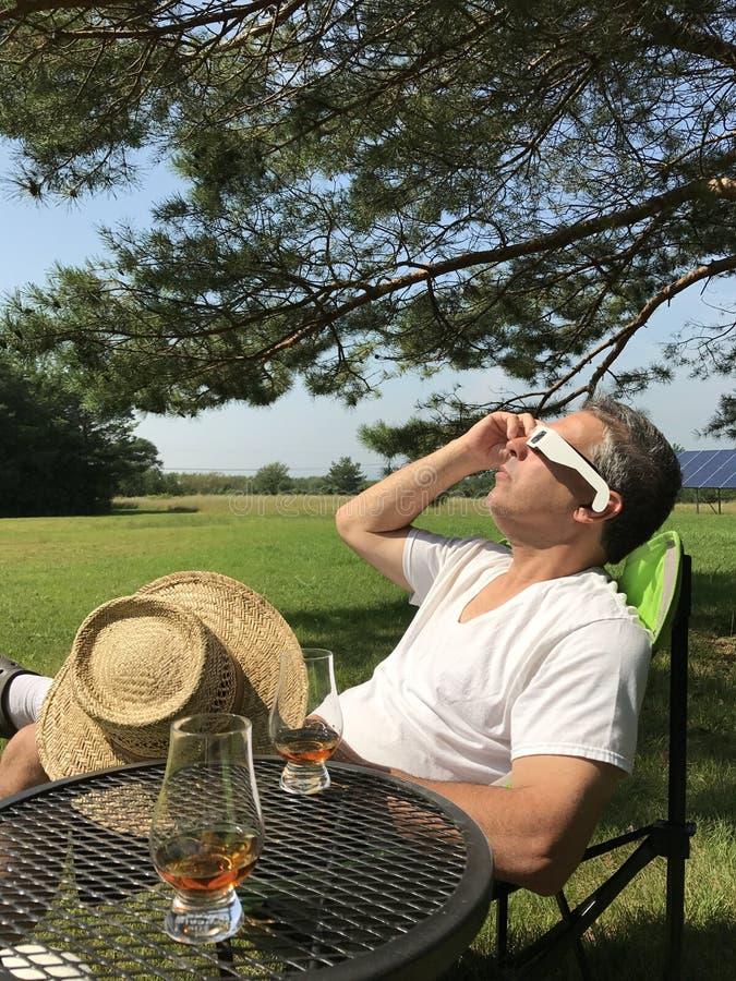 Man som håller ögonen på sol- förmörkelse fotografering för bildbyråer