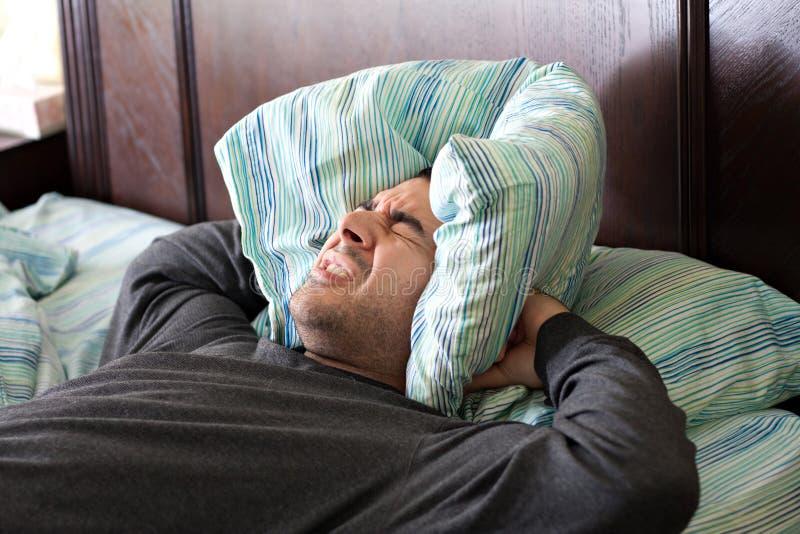 Man som har att sova för problem royaltyfria bilder