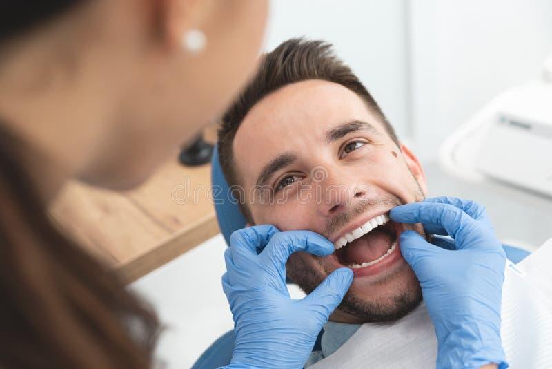 Man som har ett besök på tandläkaren royaltyfria bilder