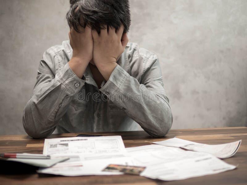 Man som har finansiella problem med fakturor och kreditkortar, pengarbegrepp , köper fastigheten, en lägenhet royaltyfria foton