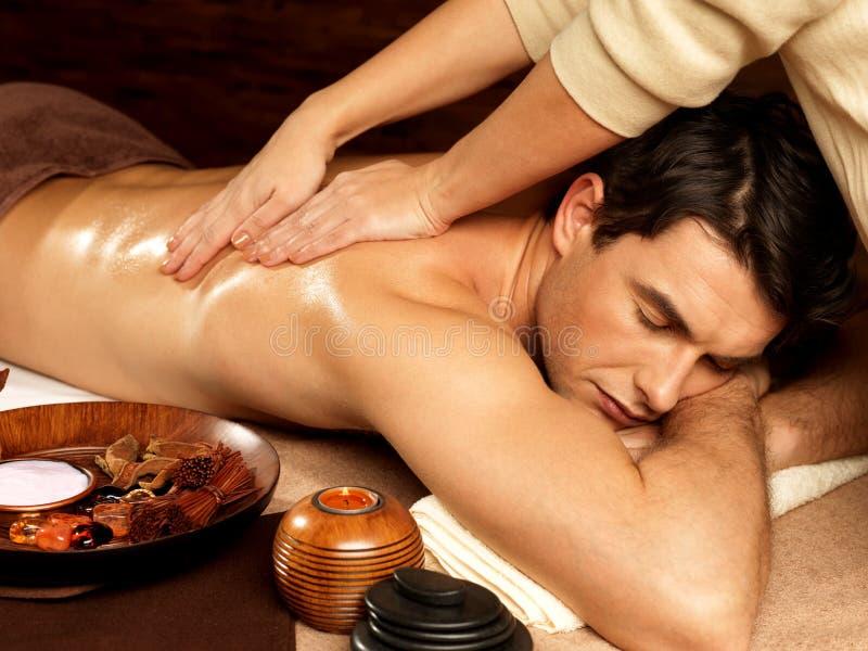 Man som har massage i brunnsortsalongen arkivbild