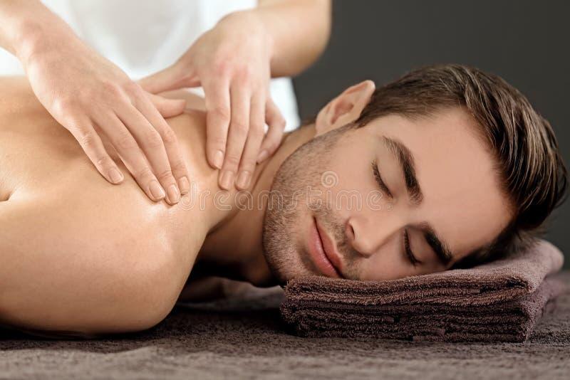 Man som har massage i salong arkivbild