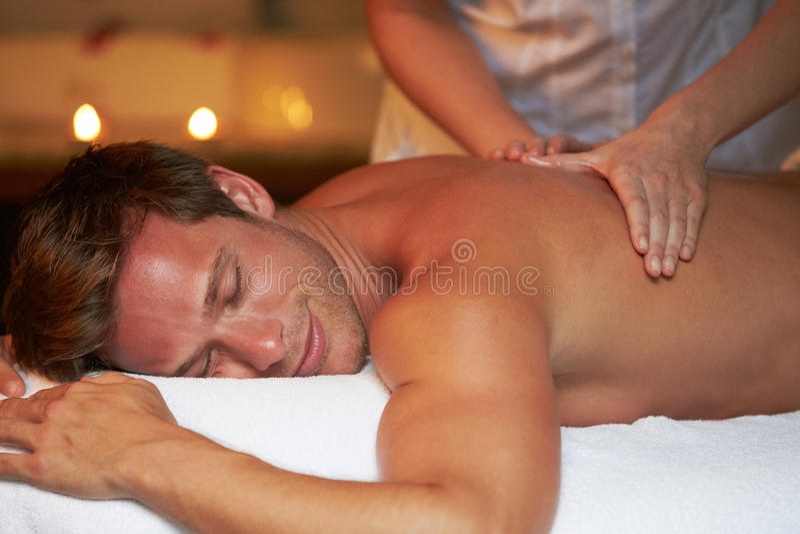 Man som har massage i Spa royaltyfria foton