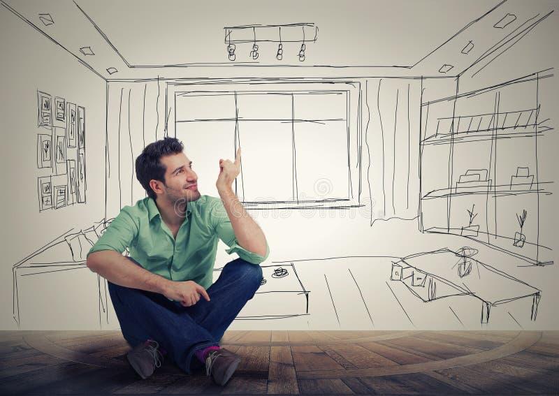 Man som har nytt lägenhetplan royaltyfria bilder