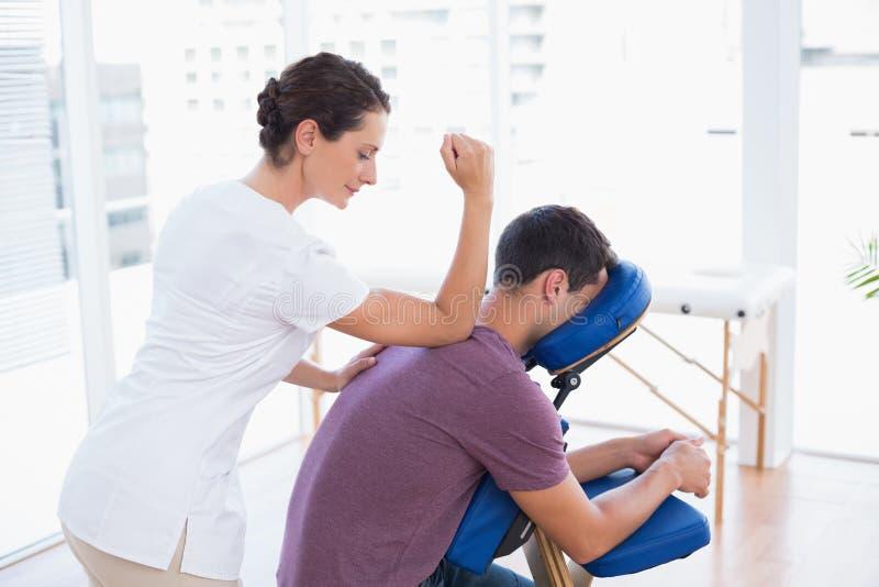 Man som har tillbaka massage fotografering för bildbyråer