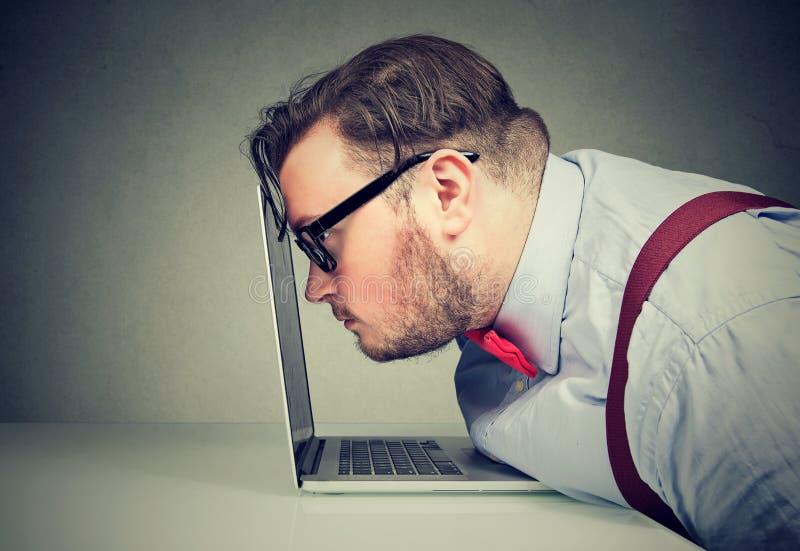 Man som har visionproblem, när arbeta arkivfoton